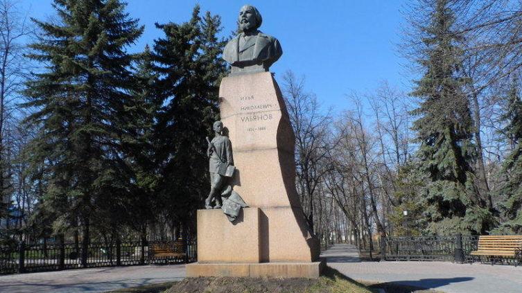 Памятник отцу Ильича