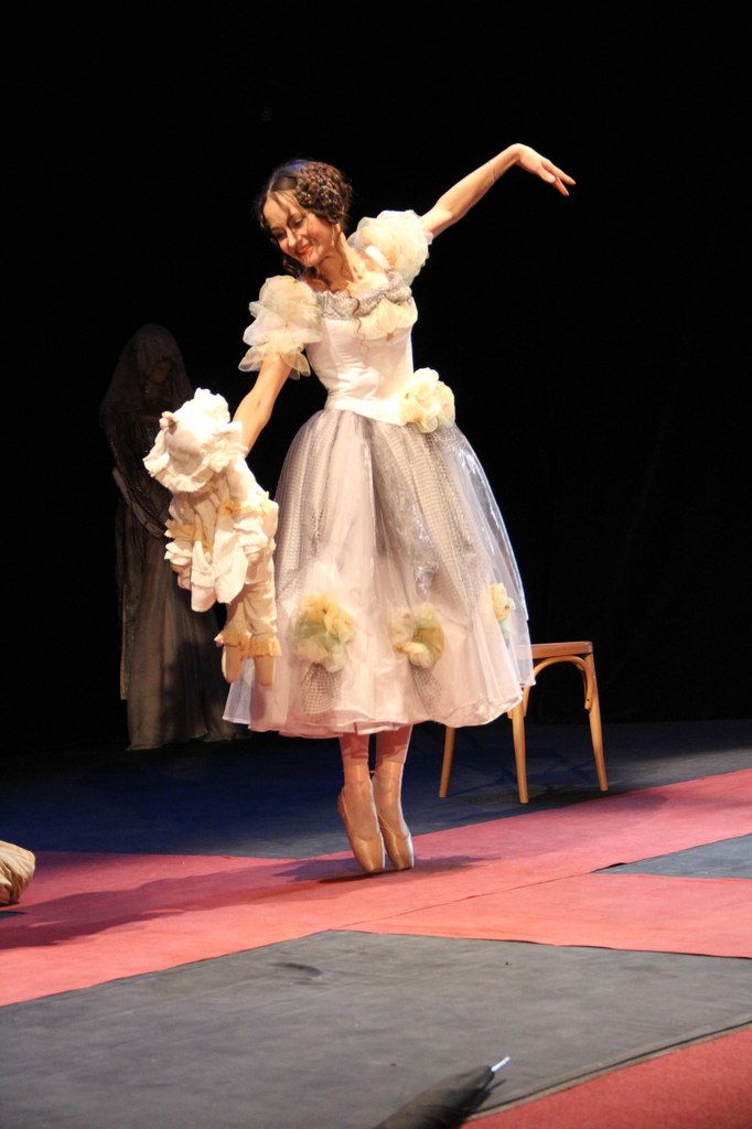 Онлайн-трансляция спектакля «Яго, или Трактат о платке» по пьесе Карине Ходикян