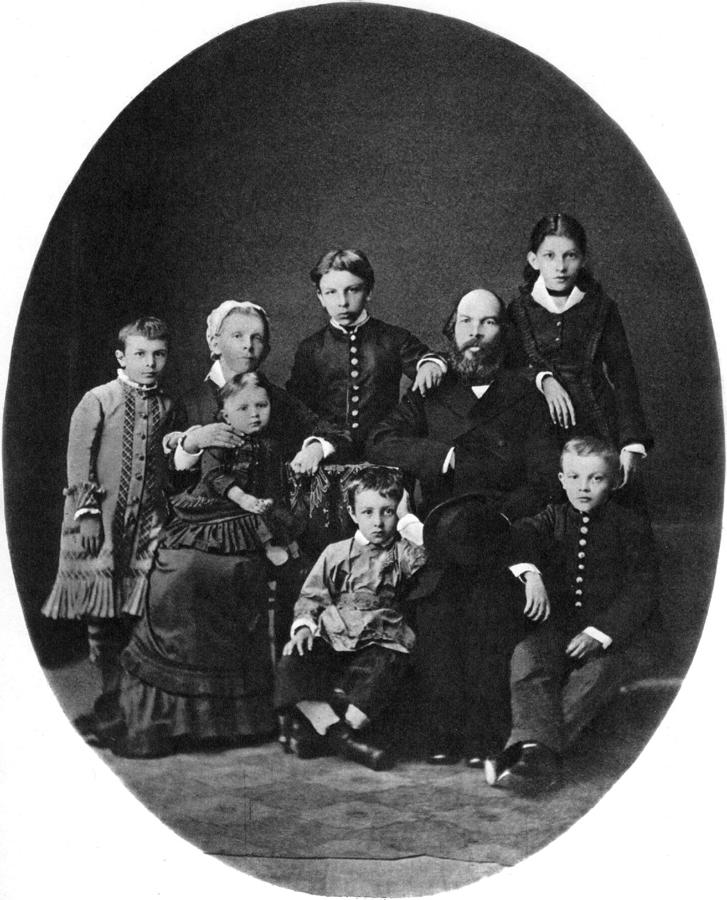 Онлайн-трансляция спектакля «Семья Ульяновых»
