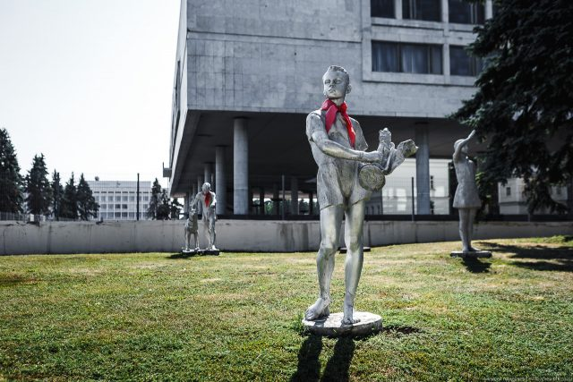 Квесты «По следам Тимура и его команды» и «Загадки старого флигеля» @ Аллея пионеров около Ленинского мемориала