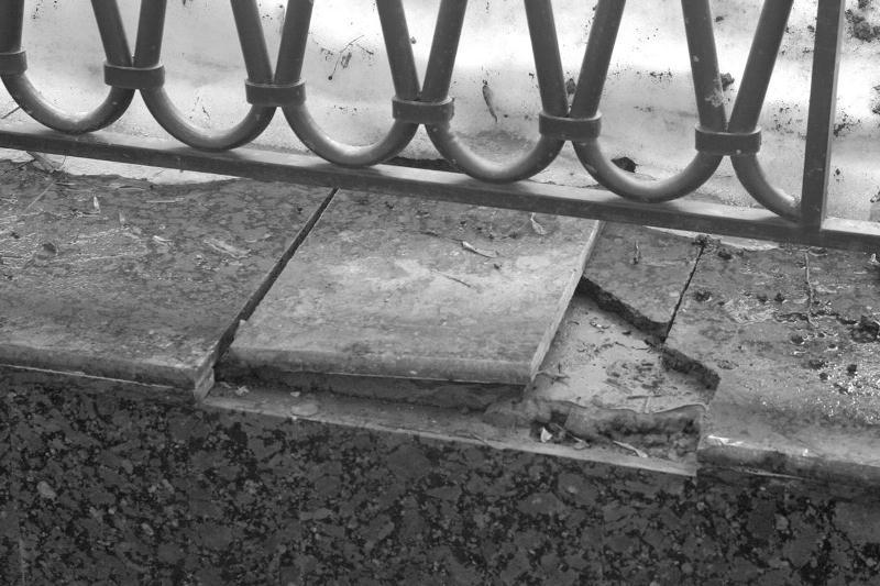 Тротуарная плитка в центре Ярославля не продержалась и двух лет.