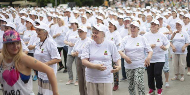 Танцевальный флэшмоб «Танцуй Москва – танцуй Россия» для представителей «серебряного возраста» @ сквер Краеведческого музея