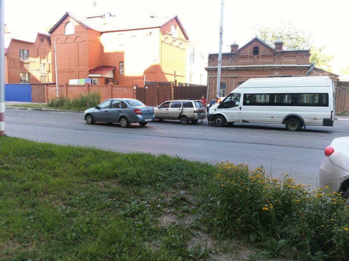 НаРадищева столкнулись несколько авто итрамвай. Движение затруднено