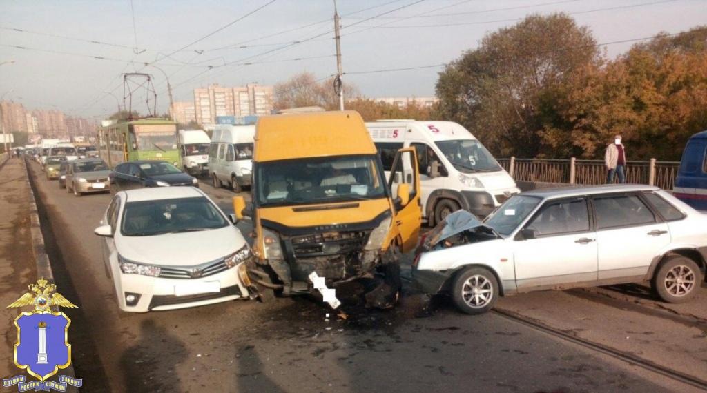 ВУльяновске шофёр ВАЗа устроил ДТП с4 машинами и исчез