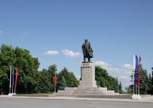 Торжественное возложение цветов к памятнику на площади Ленина @ Памятник на площади Ленина