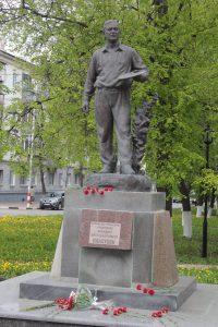 Возложение цветок у памятника А. Пластову @ У памятника А.А. Пластову