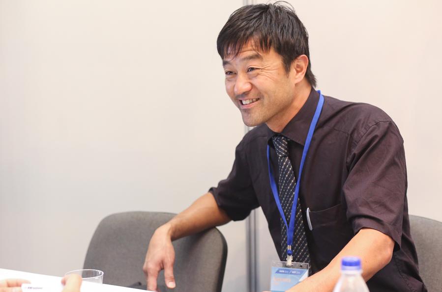 представитель NMB Minebea Hiroyuki Naka.  NMB Minebea  – это мировой лидер по производству миниатюрных шариковых подшипников. NMB Minebea – это межнациональный концерн, насчитывающий 45,000 сотрудников в 70 регионах, 200 организаций, занимающихся продажами, и 40 производственных площадок.