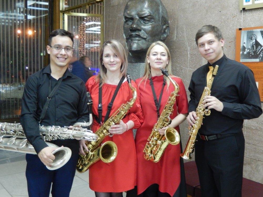 Квартет саксофонов из Казани в Ленинском мемориале. Фото на память